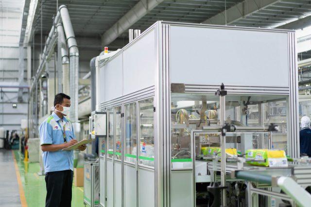 Pemeriksaan Kualitas Produk dalam Pabrik Kimberly-Clark Softex (PT Softex Indonesia/ist